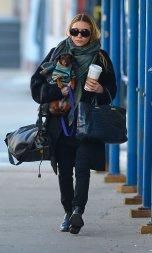 Style Katie Olsen, en N°1 : Pour un style chic et décontracté : lunettes solaire noire, écharpe à carreaux, pull et slim noir, sans omettre le sac fourre-tout !