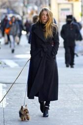 """Enfin le style n°4 qu'on empreinte, illico presto à notre belle Amanda Seyfried : un look très simpliste, et élégant : le mythique """" long black coat"""", avec un pull noir col roulé toujours, puis des bottines. Misez sur une coiffure du genre : cheveux au vent , ou un jolie chignon bas !"""