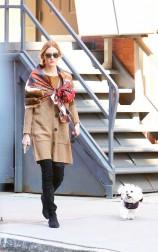 Olivia Palermo forever pour le Style n°3 : grand foulard imprimé style vintage, assorti à un beau gilet en laine mi-long, un jean's Levis noir, des bottines. Ne pas oubliez vos solaires pour un effet plus chic, et c'est parti !