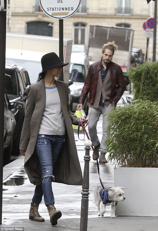 Zoe Saldana dog walking